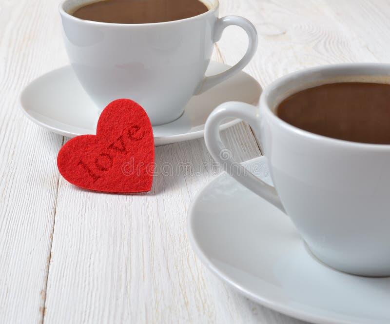 καρδιά δύο φλυτζανιών καφέ στοκ φωτογραφίες