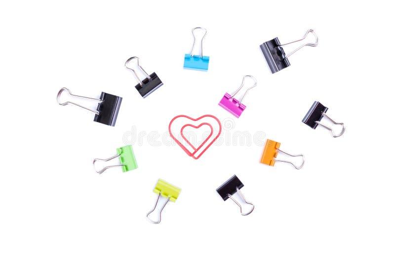Καρδιά paperclip στο κεντρικό πλαίσιο με το πολύχρωμο paperclip β στοκ φωτογραφία με δικαίωμα ελεύθερης χρήσης