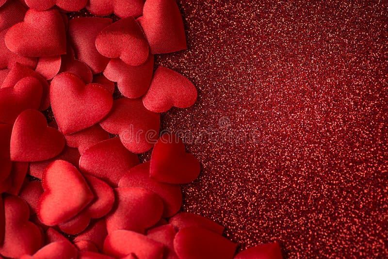 Καρδιές λίγου οι κόκκινες σατέν στο κόκκινο ακτινοβολούν υπόβαθρο ημέρας σύστασης, βαλεντίνων ή μητέρων στοκ φωτογραφία με δικαίωμα ελεύθερης χρήσης
