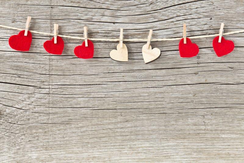Καρδιές ημέρας βαλεντίνων που κρεμούν σε ένα σκοινί στοκ εικόνες