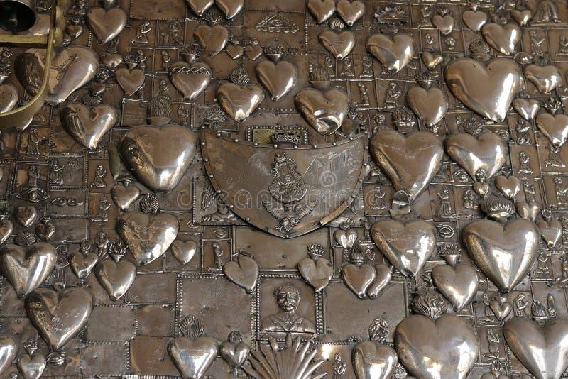 Καρδιές μετάλλων στην εκκλησία Ostra Brama vilnius στοκ φωτογραφίες