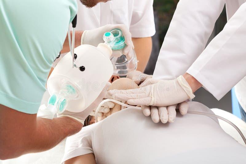 Καρδιοπνευμονική αναπνοή νεκρανάστασης στοκ εικόνες