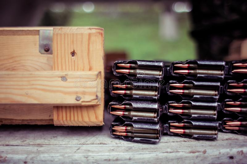 Κασέτα αυτόματων τουφεκιών με τις σφαίρες στοκ εικόνες με δικαίωμα ελεύθερης χρήσης