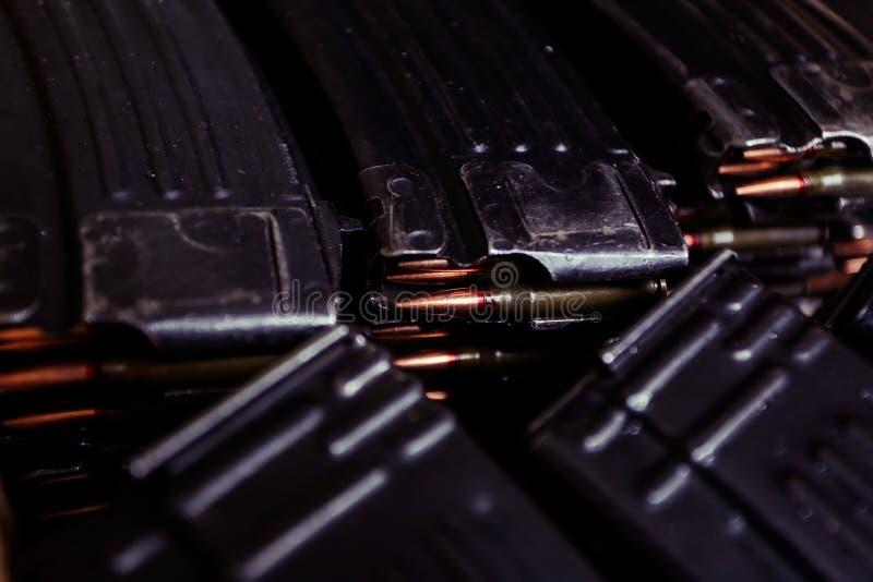 Κασέτα αυτόματων τουφεκιών με τις σφαίρες στοκ εικόνα με δικαίωμα ελεύθερης χρήσης