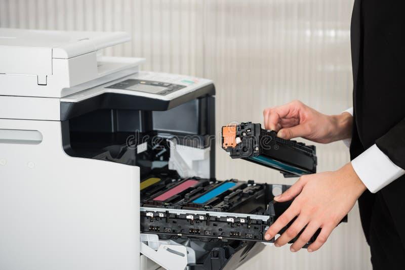 Κασέτα καθορισμού επιχειρηματιών στη μηχανή εκτυπωτών στο γραφείο στοκ φωτογραφίες με δικαίωμα ελεύθερης χρήσης