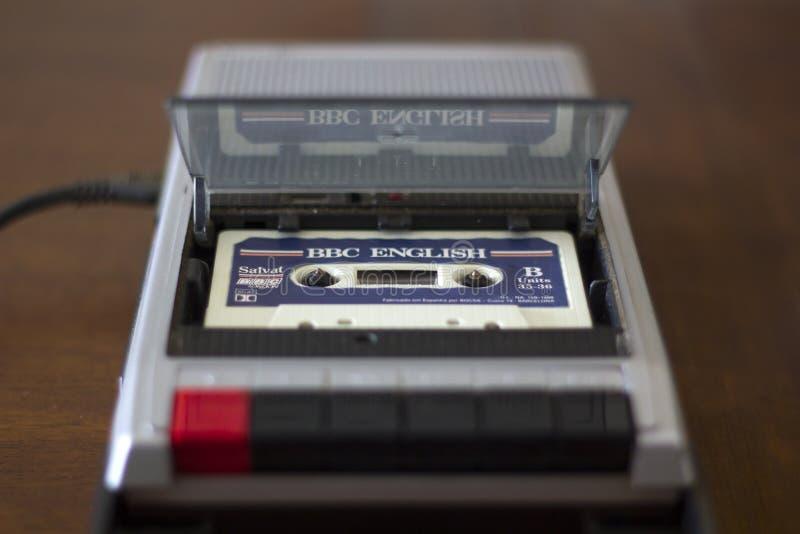 Κασετόφωνο κασετών VVintage με την αγγλική ταινία κασετών μαθημάτων μέσα στοκ εικόνα