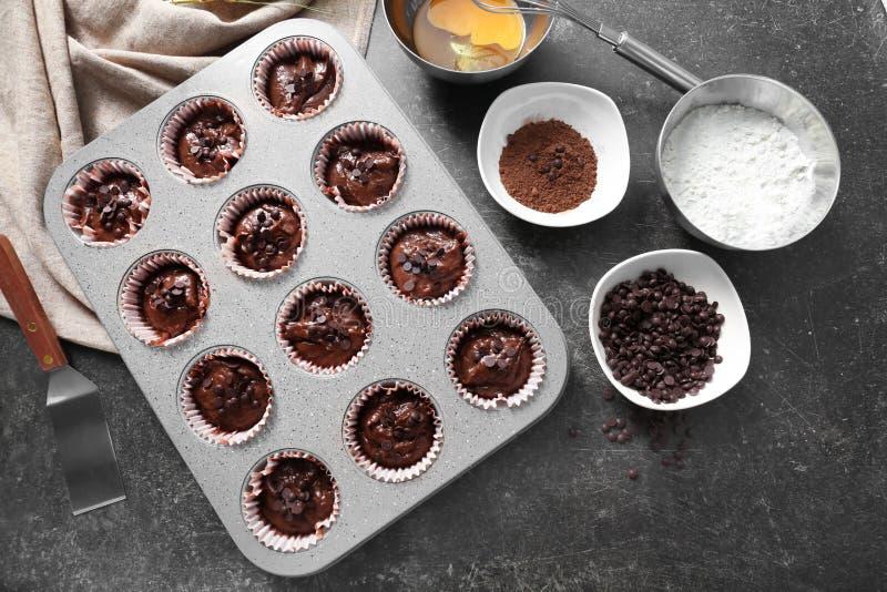 Κασσίτερος ψησίματος με νόστιμα muffins σοκολάτας στον πίνακα στοκ εικόνες με δικαίωμα ελεύθερης χρήσης