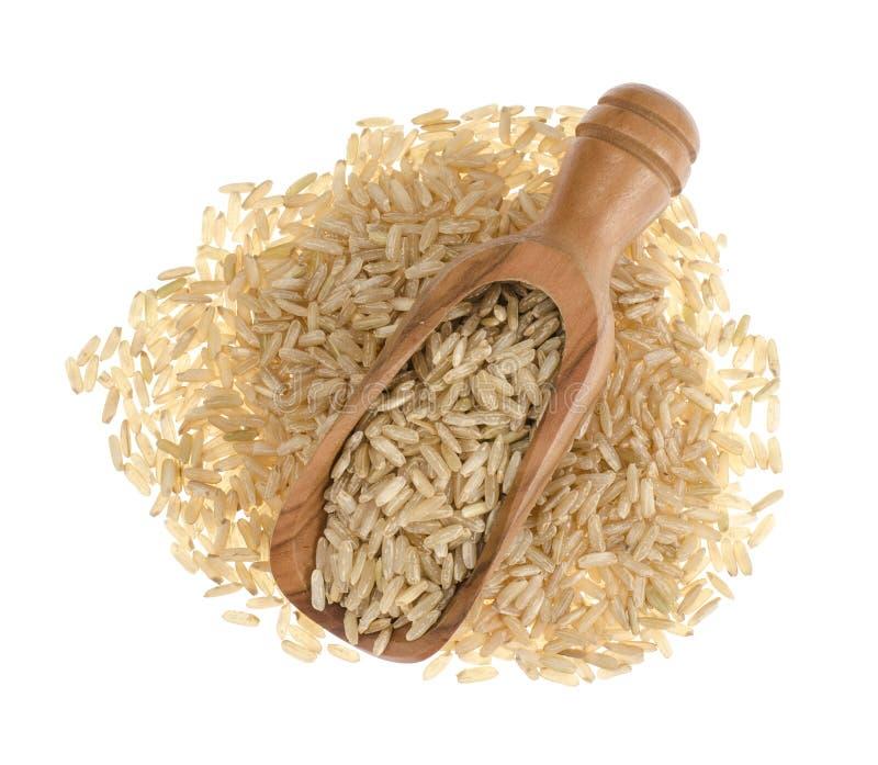 Καστανό ρύζι σε ξύλινη κουκούλα απομονωμένο σε λευκό φόντο, υγιεινό φαγητό στοκ φωτογραφία