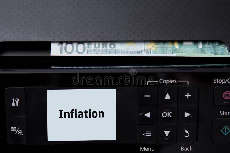 Κατάθεση και οικονομικός ή οικονομική κρίση Έννοια χρημάτων πληθωρισμού και υποτίμησης Ο εκτυπωτής και τα ευρο- τραπεζογραμμάτια στοκ φωτογραφία με δικαίωμα ελεύθερης χρήσης