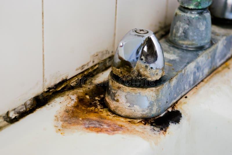Κατάθεση και σκουριά σκληρού νερού στη στρόφιγγα χρωμίου στοκ εικόνες