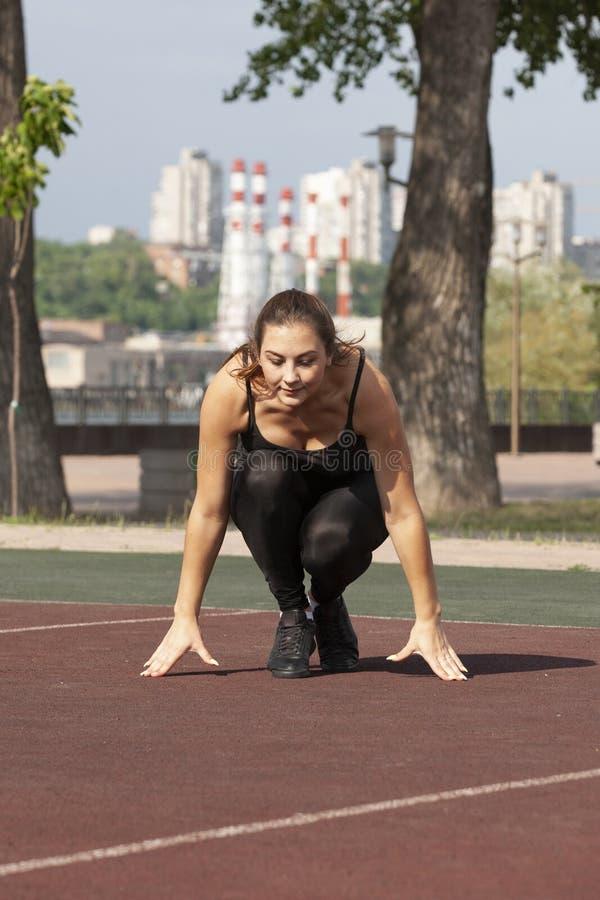 Κατάλληλη γυναίκα που ασκούν υπαίθρια, υγιείς τρόπος ζωής και έννοια άσκησης στοκ εικόνες