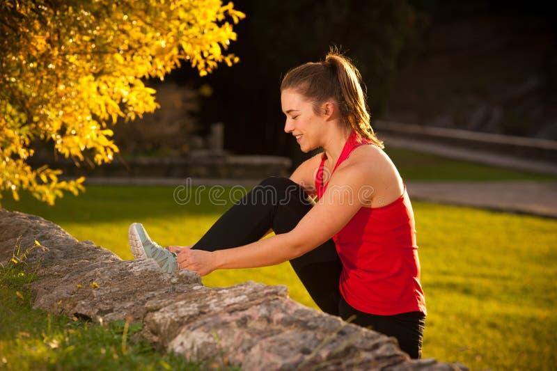 Κατάλληλη γυναίκα που επιλύει στο πάρκο στοκ εικόνες