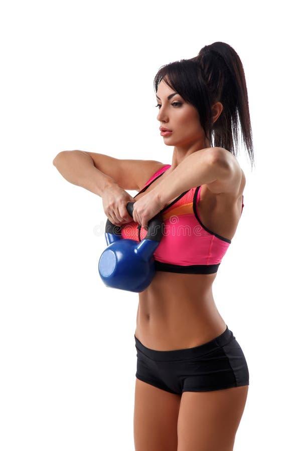 Κατάλληλη γυναίκα που κάνει την άσκηση με τα βάρη στοκ εικόνα