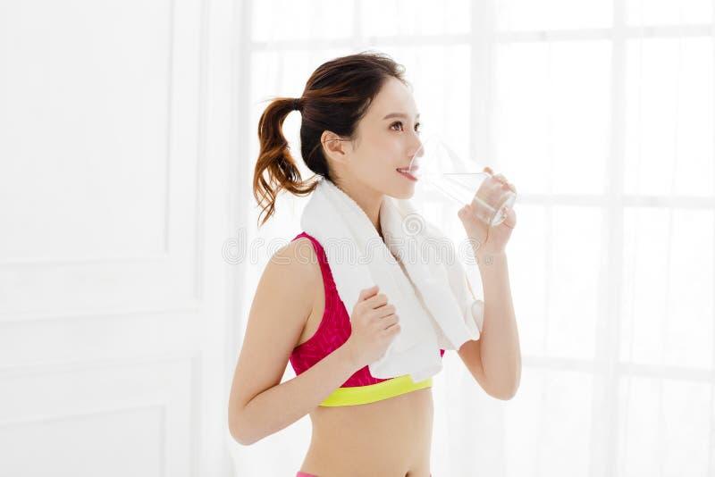 Κατάλληλη γυναίκα sportswear στο πόσιμο νερό στοκ εικόνα με δικαίωμα ελεύθερης χρήσης
