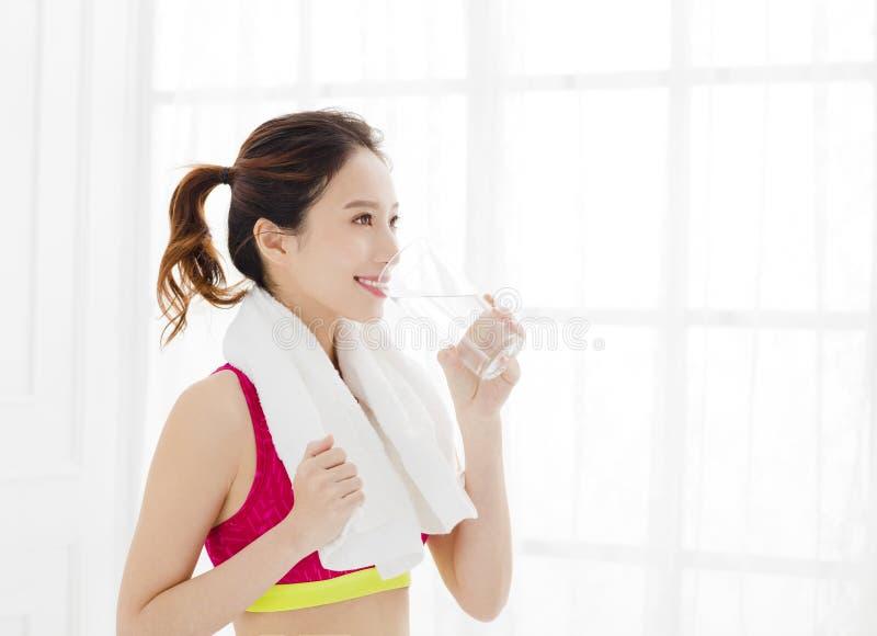 Κατάλληλη γυναίκα sportswear στο πόσιμο νερό στοκ εικόνες