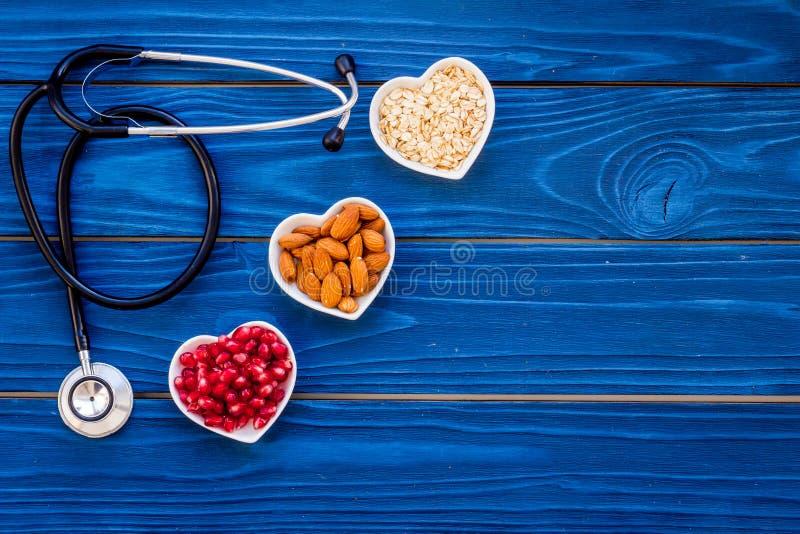 Κατάλληλη διατροφή για τα pathients με τις καρδιακές παθήσεις Η χοληστερόλη μειώνει τη διατροφή Oatmeal, ρόδι, αμύγδαλο στην καρδ στοκ φωτογραφία με δικαίωμα ελεύθερης χρήσης