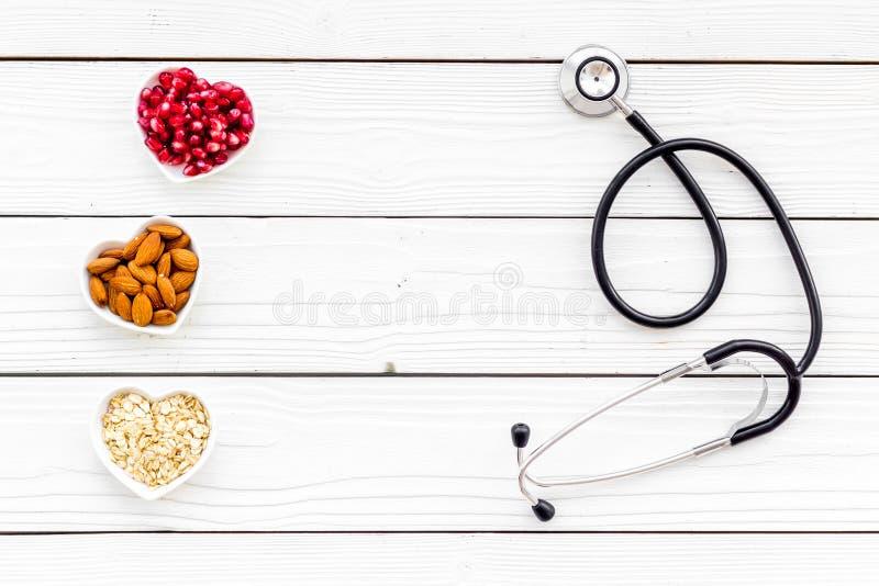 Κατάλληλη διατροφή για τα pathients με τις καρδιακές παθήσεις Η χοληστερόλη μειώνει τη διατροφή Oatmeal, ρόδι, αμύγδαλο στην καρδ στοκ εικόνες
