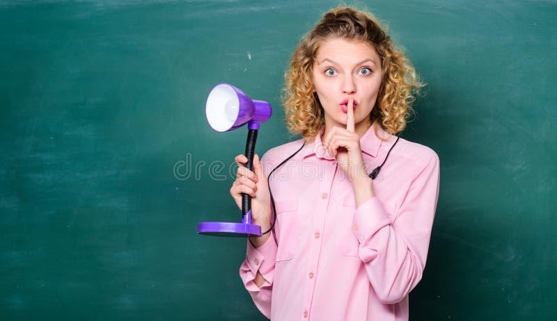Κατάλληλη ελαφριά τάξη r o Διαφωτισμός i εργασία κοριτσιών σπουδαστών στοκ εικόνα