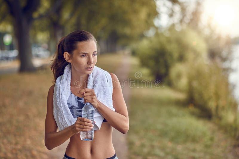 Κατάλληλη φίλαθλη γυναίκα που κρατά ένα μπουκάλι νερό στοκ φωτογραφία με δικαίωμα ελεύθερης χρήσης