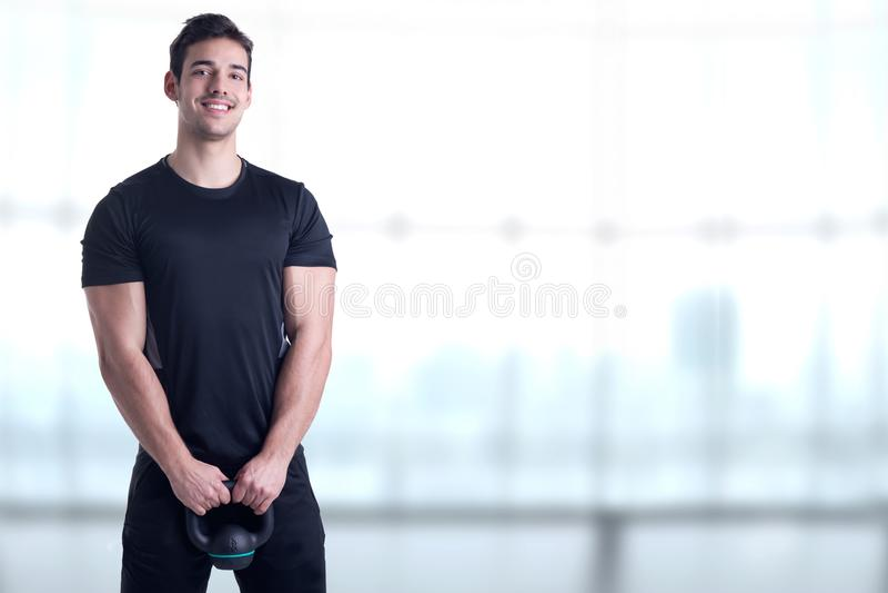 Κατάλληλο αρσενικό που κρατά ένα Kettlebell στοκ εικόνες