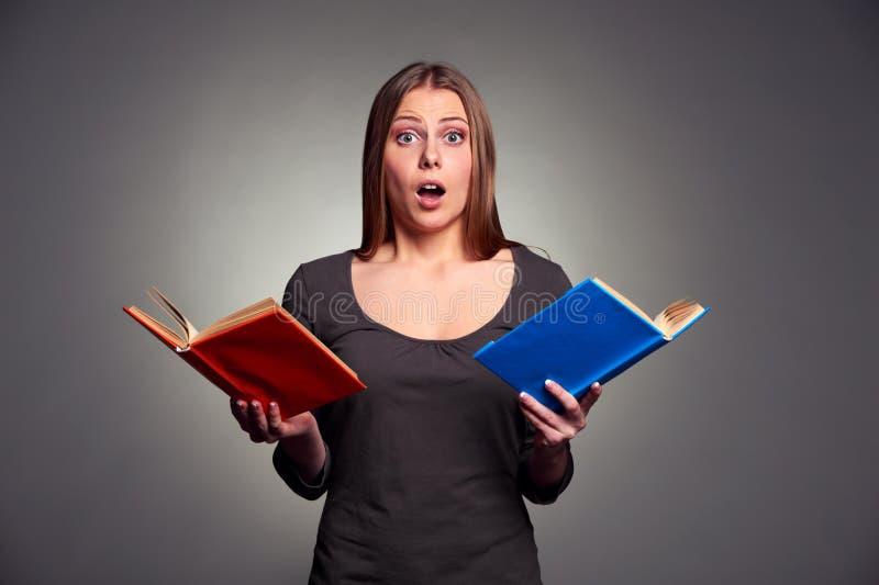 Κατάπληκτη γυναίκα με τα βιβλία