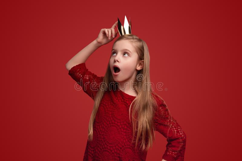 Κατάπληκτο κορίτσι σχετικά με την κορώνα στοκ εικόνες