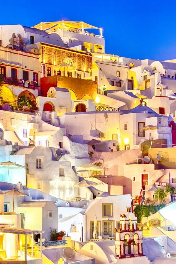 Κατάπληξη γραφικό Citiscape Oia των του χωριού σπιτιών που βρίσκονται στους ηφαιστειακούς Caldera λόφους στο νησί Santorini πριν  στοκ εικόνες με δικαίωμα ελεύθερης χρήσης