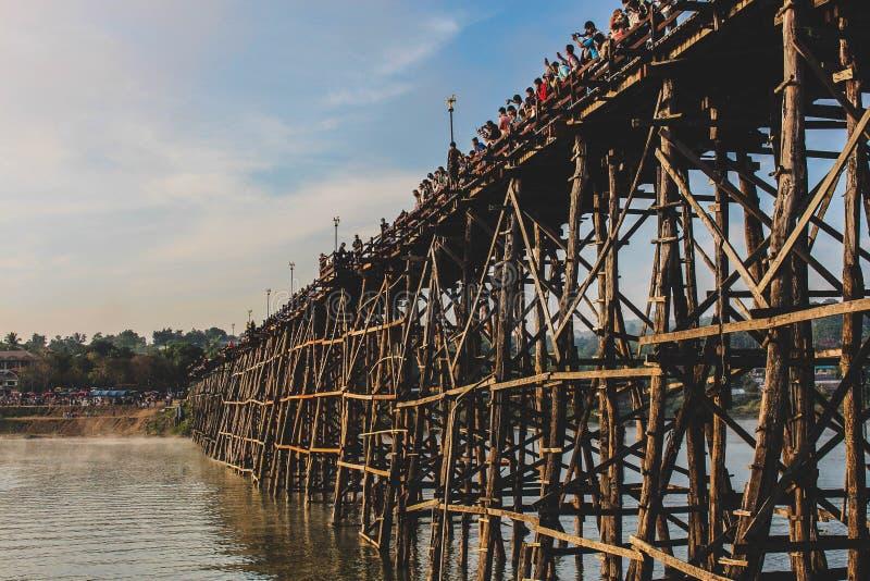 Κατάπληξη με τη μακριά ξύλινη γέφυρα στοκ εικόνα