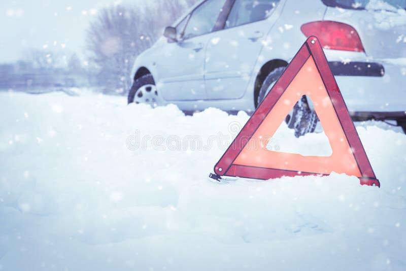 Κατάρρευση αυτοκινήτου σε χιονισμένο δρόμο στοκ εικόνες με δικαίωμα ελεύθερης χρήσης