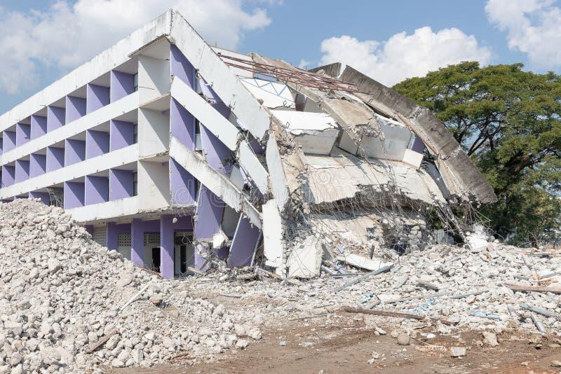 Κατάρρευση παλιού κτιρίου μετά τον σεισμό που επιδόθηκε για κατεδάφισΠστοκ φωτογραφία με δικαίωμα ελεύθερης χρήσης