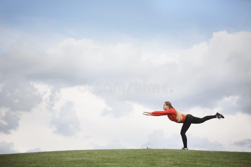 Κατάρτιση αθλητριών στο πάρκο στοκ φωτογραφία με δικαίωμα ελεύθερης χρήσης