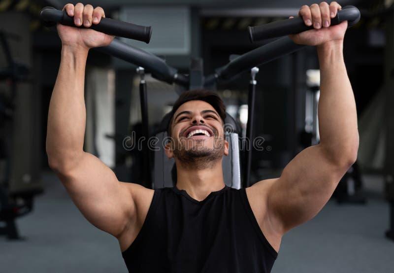 Κατάρτιση ατόμων σκληρά, που κάνει workout στη γυμναστική ικανότητας στοκ φωτογραφίες με δικαίωμα ελεύθερης χρήσης