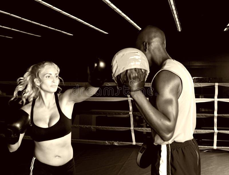 κατάρτιση γαντιών πυγμαχίας εστίασης στοκ εικόνα