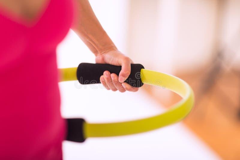 Κατάρτιση με ένα δαχτυλίδι pilates στοκ φωτογραφία με δικαίωμα ελεύθερης χρήσης