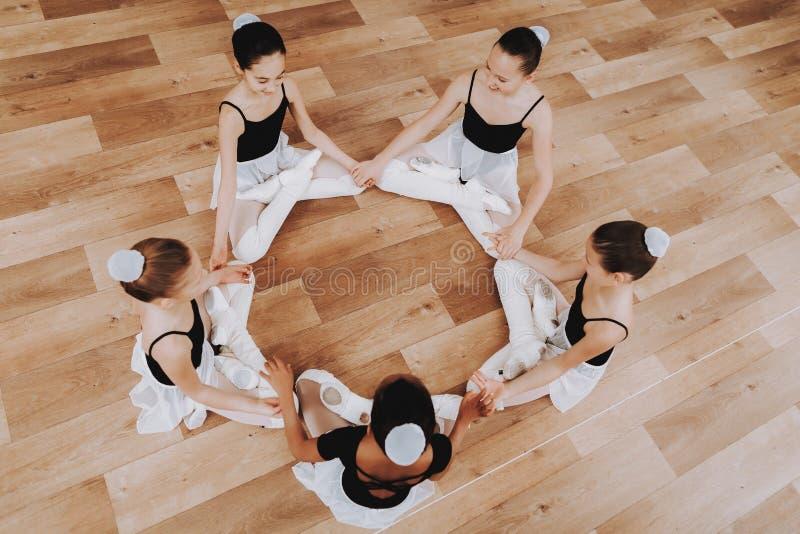 Κατάρτιση μπαλέτου της ομάδας νέων κοριτσιών στο πάτωμα στοκ φωτογραφίες