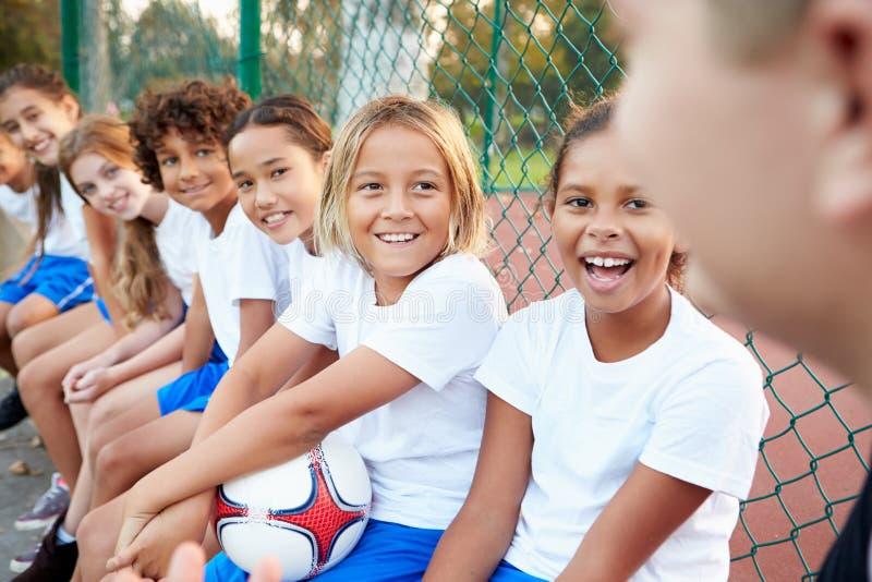 Κατάρτιση ομάδας ποδοσφαίρου νεολαίας με το λεωφορείο στοκ φωτογραφία