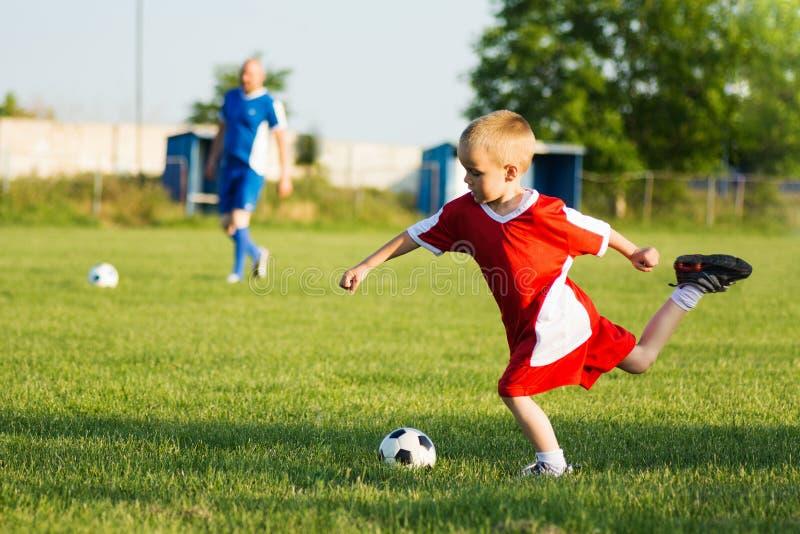 Κατάρτιση ποδοσφαίρου για τα παιδιά στοκ εικόνες