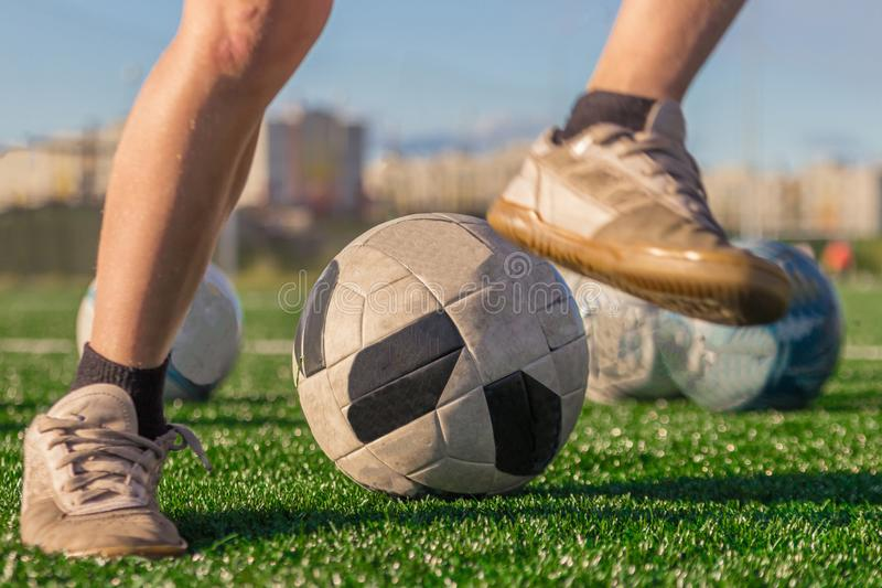 Κατάρτιση της εθνικής ομάδας ποδοσφαίρου Πόδια ενός αγοριού στις μπότες α στοκ εικόνες με δικαίωμα ελεύθερης χρήσης