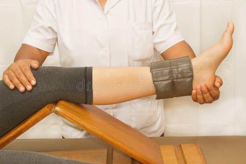 Κατάρτιση Rehab για το γόνατο και quatriceps το μυ στοκ φωτογραφία με δικαίωμα ελεύθερης χρήσης
