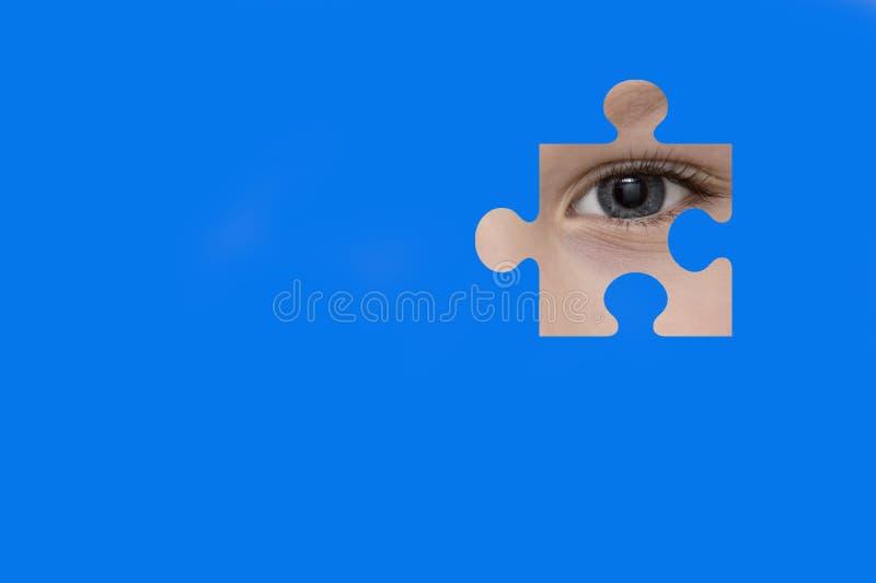 Κατάσκοποι παιδιών μέσω ενός μπλε γρίφου Σύμβολο της συνειδητοποίησης αυτισμού στοκ εικόνες με δικαίωμα ελεύθερης χρήσης