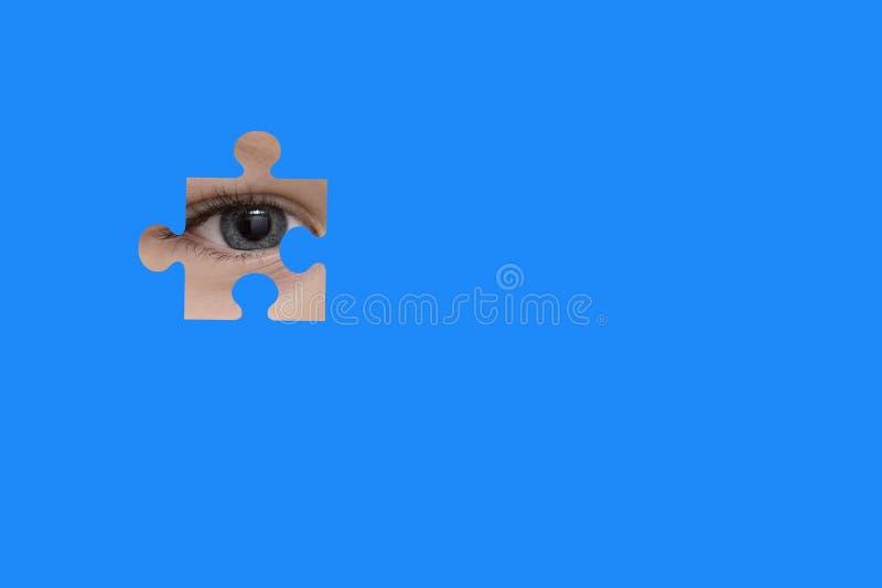 Κατάσκοποι παιδιών μέσω ενός μπλε γρίφου Σύμβολο της συνειδητοποίησης αυτισμού στοκ εικόνα με δικαίωμα ελεύθερης χρήσης