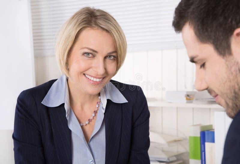 Κατάσταση σε μια συνέντευξη εργασίας ή επιχειρηματίες σε μια συνεδρίαση στοκ εικόνα με δικαίωμα ελεύθερης χρήσης