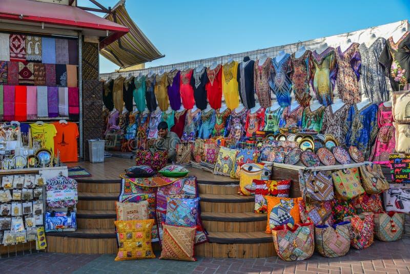 Κατάστημα αναμνηστικών στην τοπική αγορά στο Ντουμπάι στοκ εικόνα