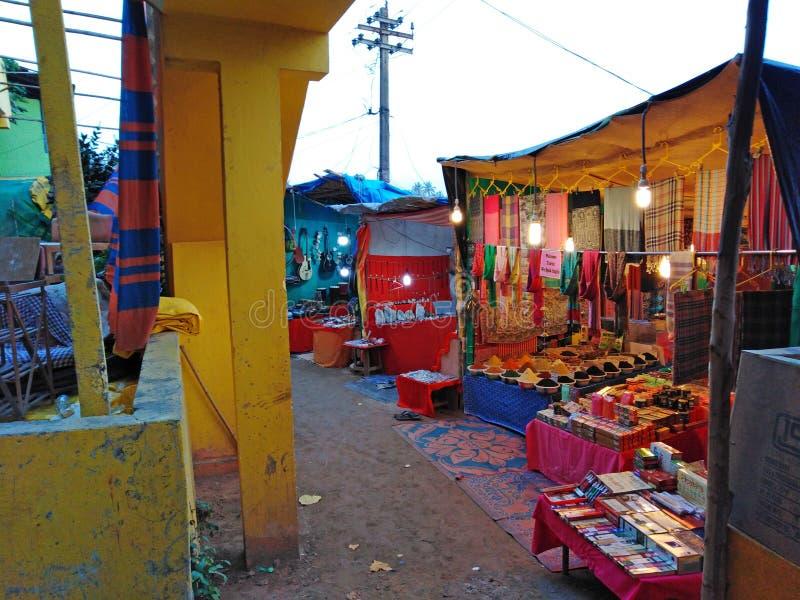Κατάστημα αναμνηστικών Arambol ah goa Ινδία Ινδός bizhyuteriya κοντά στις γυναίκες θαλασσίων εμπορίων στοκ εικόνες