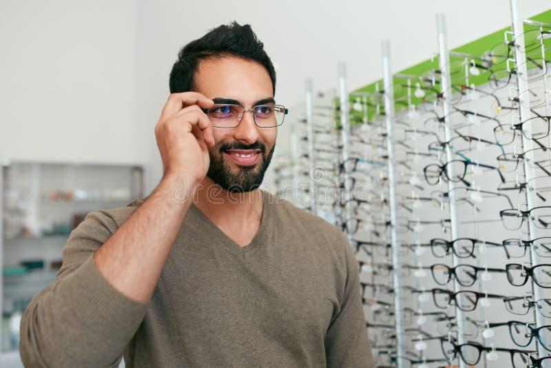 Κατάστημα γυαλιών Άτομο που προσπαθεί Eyeglasses στο κατάστημα οπτικής στοκ εικόνα