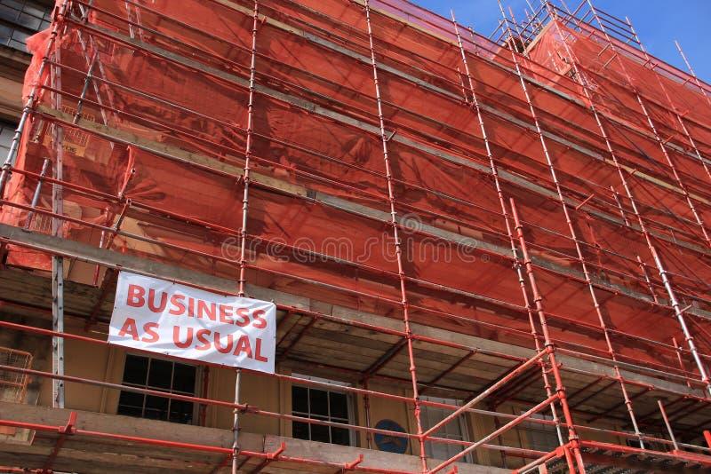 Κατάστημα, επιχείρηση ως συνήθως κάτω από την κατασκευή το καλοκαίρι στοκ εικόνα με δικαίωμα ελεύθερης χρήσης