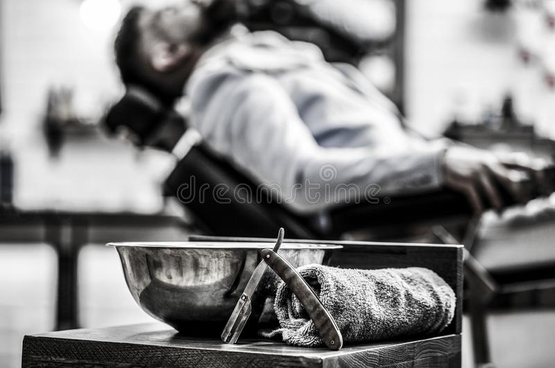 Κατάστημα κουρέων, ξυράφι Εκλεκτής ποιότητας ευθύ ξυράφι Γυναίκα ομορφιάς με τη μακριά υγιή και λαμπρή ομαλή μαύρη τρίχα Ευθύ ξυρ στοκ εικόνα με δικαίωμα ελεύθερης χρήσης