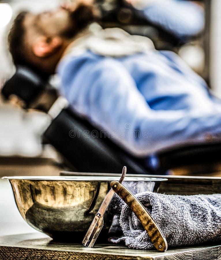 Κατάστημα κουρέων, ξυράφι Εκλεκτής ποιότητας ευθύ ξυράφι Κομμωτήριο Ευθύ ξυράφι κινηματογραφήσεων σε πρώτο πλάνο, τρύγος Ευθύ ξυρ στοκ φωτογραφίες με δικαίωμα ελεύθερης χρήσης