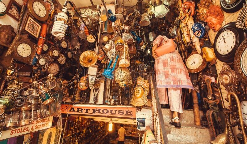 Κατάστημα με τα εκλεκτής ποιότητας έπιπλα, τα αντικείμενα τέχνης και τις αντίκες στη μεταχειρισμένη αγορά στοκ φωτογραφία με δικαίωμα ελεύθερης χρήσης
