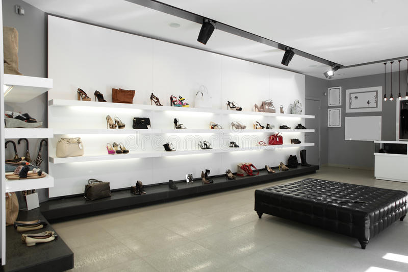 Κατάστημα παπουτσιών πολυτέλειας με το φωτεινό εσωτερικό στοκ φωτογραφία